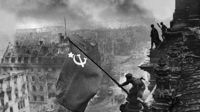 Евгений Халдей_Знамя над Рейхстагом_g